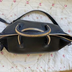 Jeg sælger min super gode håndtaske fra Leowulff, da jeg har købt en anden. Tasken er blevet brugt meget, men fremstår stadig pæn og 100% funktionel :) Der er slid i siderne samt et hvidt mærke på den ene side af tasken, da læderet er blevet bøjet. Der er enkelte pletter og brugsspor på indersiden af tasken, samt læderremmen er godt bøjet. Alt dette kan ses på de vedhæftede billeder. Dog fungerer ALT som det skal ved den :) spørg endelig for mere info eller andre billeder.   #30dayssellout