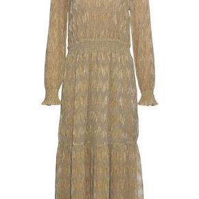 Smuk guld kjole, helt ny! Sælger da jeg ikke fik den brugt alligevel  Passer også en str. S