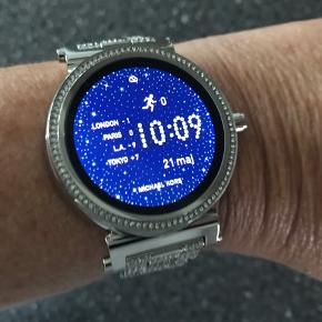 Flot smartwatch ur fra Michael Kors.  Har aldrig fået taget det i brug. Er kun startet op pga billeder.  Modellen hedder MKT5024