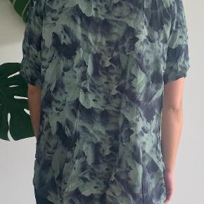 Flot grøn/blå printet Storm & Marie t-shirt  Kvalitet: 100% viskose
