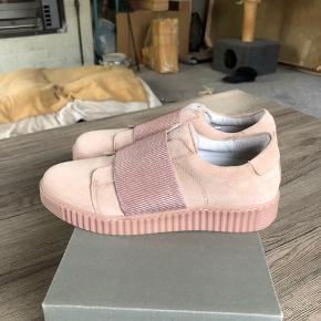 Smukke  Ca'shott sko. Har prøvet på max 1/2 time,, desværre for små. Farven er nude rosa,, bred elastik foroven. Sender gerne mod betaling af porto med DAO,, samt evt TS gebyrer. BYTTER IKKE.