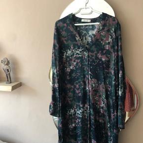 Brugt et par gange, super fed kjole, men er købt for lille må jeg erkende