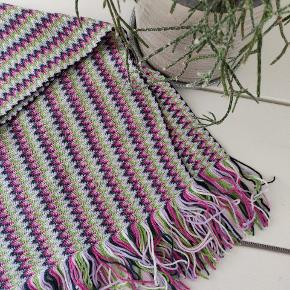 Lækkert blødt tørklæde fra Missoni i flotte forårs farver🌺 Brugt få gange, ingen tegn på slid.   Jeg forhandler gerne om pris, men fortrækker en pris inkl. forsendelse😊  Mål: 190x43