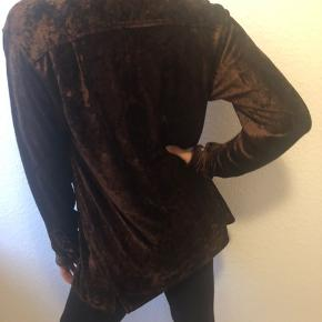 Beautiful DKNY buttoned blouse in brown color with a melange of rust and copper finish into it.  It says size S, but a M will also fit.  *Im a size S on the picture.  Materials: 82% Rayon and 18% polyester.  Never used.