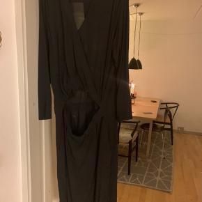 Super flot By Malene Birger kjole med slå om effekt foroven og slids i nederdelen. Den er super flot på. Jeg handler via mobile pay og modtager betaler porto.