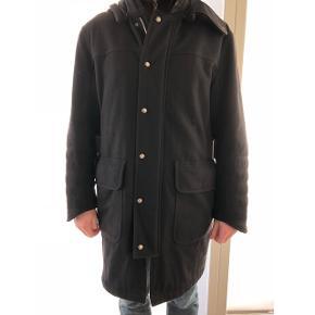 Sælger denne herre Hugo Boss frakke for min far, da den er for stor. Den er købt i Tyskland til 10.000kr, størrelsen er 046, svarer ca til en str 52.  Skriv for flere billeder.   Np: 10.000 kr Mp: 3000 kr BYD gerne.
