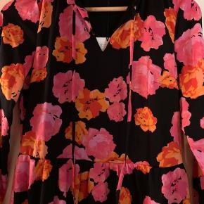 Rigtig flot og lækker kjole fra modstrøm str xs, den hænger bare i mit skab og bliver ikke brugt.  Nypris 900 kr  Sælges til 300
