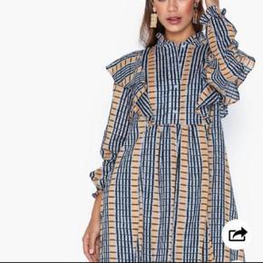 Super fin kjole som er brugt 2 gange. Bytter ikke og handler med mobile pay
