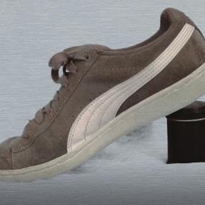 Sælger disse smukke grå puma sneakers, får dem overhovedet ikke brugt, og de er kun brugt få gange. noget af snoren nederst på skoen, altså det hvide snor rundt i sålen gik lidt op, så det er brændt fast igen. dette ses ikke når de er på, skriv gerne hvis du vil ha et billede af det, dette er også grunden til at de er så billige