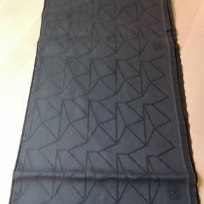 Brugt 2 gange Derefter vasket og rullet 335x165 12 stk servietter  Design : Arne Jacobsen Antracit grå Passer til eclipsebordet med 2 plader