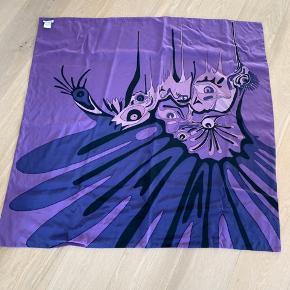 Sjal el lign 102 x 105 Dobbelt stof 100% silke Se billeder ( har lige vasket det - men ikke Strøget 🙈) der er nogle streger i silken, som har været der hele tiden