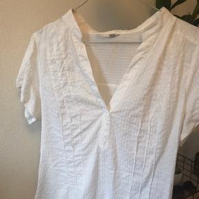 Hvid t-shirt skjorte fra H&M. Super god stand, det er en small
