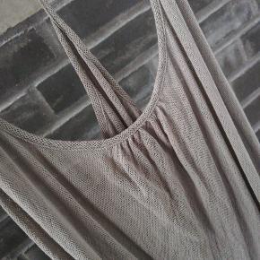 Flot top med spaghetti stropper, som samles på ryggen. Toppen er gennemsigtig i en støvet khaki farve.