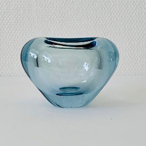 """Vase fra serien """"menuet""""  med hjerteform. Designet af Per Lütken for Holmegaard glasværk 1955. Signeret: Holmegaard, 19PL59, IIs Højde: 10,5 cm Diameter: 14,5/9,3 cm"""
