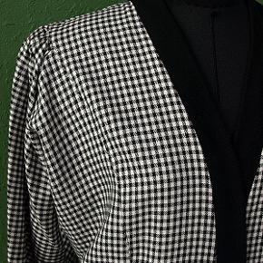 Flot, todelt pepitaternet sæt i sort/hvide tern fra tyske Refa. Sættet består af nederdel med jakke.  Nederdelen med gålæg og elastik i talje fra siden og bagtil. Helforet.  Jakken med to store yderlommer, flagermusærmer og ribkant langs ydersiden af jakken.  Materiale: 50% polyester og 50% viskose.  Str. 38, passer en taljevidde på ca. 72-74 cm, en hoftevidde på ca. 96 cm og en brystvidde på ca. 88 cm. Fuld længde på nederdel ca. 63 cm og ryglængde på jakke ca. 70 cm.  Sættet er ubrugt, fremstår nyt, opbevaret korrekt og røgfrit.  Sender gerne, men bemærk: kun som MyPack Collect tracebar pakke med Postnord for 35 kr. (benytter IKKE DAO).