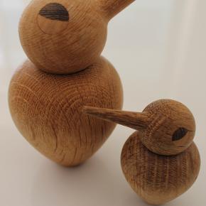 Lille og stor Architectmade Bird. Den lille er i røget egetræ, mens den store er i naturligt egetræ. Slidtagen kan ses på øjnene og en smule på selve træet, men de er stadigvæk meget fine at se på. Nypris: 299 kroner for den lille og 399 kroner for den store. Kom med et bud.