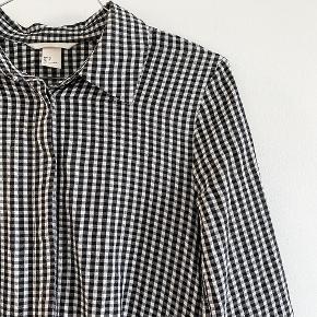 H&M populær kjole i sort og hvid ternet, med asymetisk skørt, den hsr skjulte knapper foran og en lynelås i siden   Størrelse: 34   Pris: 170  kr   Fragt: 39 kr ( 37 kr ved TS handel )