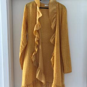 Sød gul kjole fra Vila. Str M men passer snildt str S