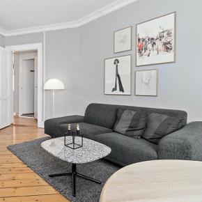 Hannah 2½ pers. sofa med open end - venstre, ben i valnød og stof i antracit farvet memory.  Dybde: 96 cm Siddedybde: 62 cm Bredde: 213 cm Siddehøjde: 43 cm Ryghøjde: 72 cm   Sofaen er 1,5 år gammel. Sælges grundet flytning.  Ny pris 16.499kr.  Sofabordet fra Normann, som er på billederne er også til salg.
