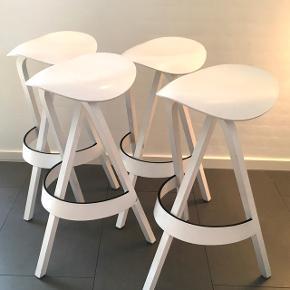 Barstole af Stefan Diez.Hvidt, glaseret træ, ergonomisk formede sæder, der minder om en sadel. Stativkonstruktion. Mål: ca. H 77 cm, D 46. Mindre brugsspor forekommer.  3 stole for kr 2.500. Derudover får du en stol med helt gratis, da den er med flækket ben (kan muligvis limes). Så i alt kr 2.500 for 4 stk stole 😊