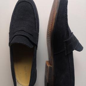 Pæne, nydelige og formelle loafers fra Pier One i farven navy til hverdagsbrug eller til særlige lejligheder.  Skoene er kun blevet prøvet på udenfor en enkelt gang ved købet, hvorfor der kun er enkelte få mærker fra småsten i sålen, som man dog ikke lægger mærke til.  De er købt på Zalando i marts 2018 til 499,- og sælges her for 200 kr.   Skoens udvendige materiale er ruskind, mens foret er en kombination af læder og tekstilfor.