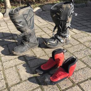 Fine begynder motocross støvler i mærket Diadora. De er brugte, men ingen defekter.  Rigtig fine begynderstøvler.  Medfølger indvendig sko/strømpe, som er vist på billedet. Den er slidt men er funktionsdygtig. Str. 39 Prisen kan forhandles.