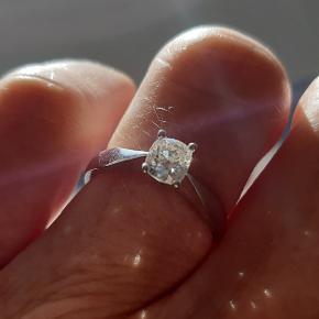 Overdådig prinsessering i 14 karat hvidguld sælges.  Prydet med en Cushion Cut diamant på ca. 0,50 carat.  Diamanten måler: 5,20 x 4,7 x ca. 3 mm. Farve: TW/W. Klarhed: VS1/SI1. Stemplet 585 KJa. Str. 54.  Købsbilag medfølger.  ** Diamantring - Brillant ring - Ring med diamant - Brudeudstyr smykker - Smykker guld - Ring diamant - Hvidguldsring - Fingerring - Solitairering - Prinsesse fingerring - Ring guld **