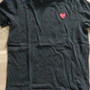 Sælger denne fede t-shirt fra Comme Des Garcons Play Me med rødt hjerte. Det er en størrelse XL, men den er meget lille i størrelsen, hvorfor jeg på 185 af normal bygning passer den.
