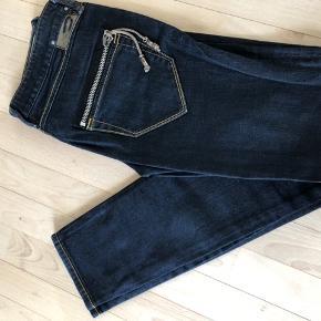 De fedeste mørkeblå diesel jeans med snore på baglommerne. Str. W 27 L 33