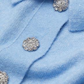 Finstrikket top i blød kvalitet med indvævet uld. Toppen har krave og dekorative knapper. I Ganni stil. Toppen er oversized, størrelse er S men passer alle størrelse.