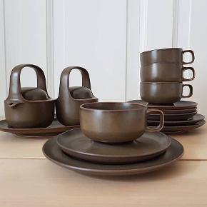 Super fint og retro testel i tysk keramik. Ingen skår. Fremstår ubrugt. Tidsløst og smukt design. 14 dele 4 x kopper 4 x underkopper  3 x kagetallerkener 1 x oval fad 1 x lille kande med låg  1 x lille skål med låg