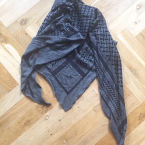Gråt Lala Berlin tørklæde sælges Nypris: 2700 kroner Der er to små huller i tørklædet - se billede 2. 100% kashmir