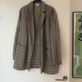Flot blazer skjorte fra h&m trend. Brugt nogle gange og fremstår i pæn stand. Det eneste er at syningen er gået op inde i blazeren i den ene side- se sidste billede. Bytter ikke.