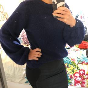 Navy blå sweater med uld - fine puffede ærmer   Se også mine mange andre annoncer 🌸