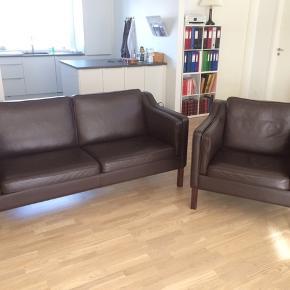 Sælger denne Hurup 2,5 personers sofa + Hurup stol, for mine forældre. De er betrukket med brun, kraftig oksehud. Benene er lavet af bøg, farvet mahogni, så de passer til farven brun. Str på sofa B:175 D; 85 H; 85. Stolens str B;85 D: 85 H; 85. Fremstår utrolig flot, næsten som ny. Sælges kun samlet. KOM MED ET BUD, MINDSTE PRIS 5995kr. NYPRIS 23.200kr. Kommer fra et ikke ryger hjem. Afhentes i 3480 Fredensborg