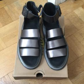 Np: 1800kr Fede Dr. Martens sandaler i en mørk sølv/bronze brunlig farve. Har været prøvet på.   Sælges fordi jeg skal rejse   Byd