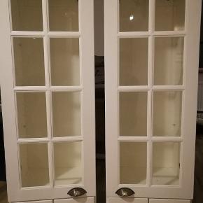 To stk væghængt vitrine skabe. Der er huller fra diverse installationer som nemt kan repareres.