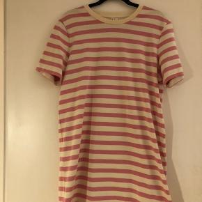 Flot stribet t-shirt kjole fra arket - er blevet syet i længden, går lige over knæene (er 165cm høj). Kun brugt én gang.  Lavet af; 100%bomuld
