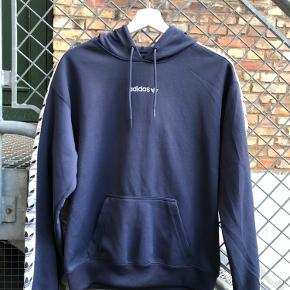 Sælger denne Adidas hættetrøje i en str xs. Hættetrøjen har få skræmmer på højere side. Sælges da den er for lille og ikke bliver brugt :)   Str xs (fit small) Cond 7/10