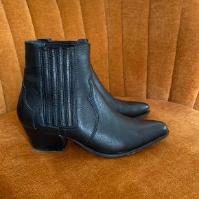 Sælger disse smukke støvler i skind fra Mango. Brugt 1-3 gange.