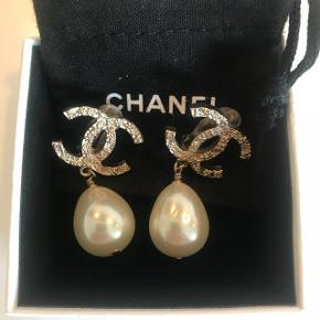 Ny pris!! Chanel clips øreringe med CC-logo og stor perle (se billede) Aldrig brugt.  Kvittering haves ikke, da det er en gave ☺️ Sendes ikke - skal afhentes! Medmindre køber vil betale sikker fragt.  Handel via Mobilepay eller straksoverførsel.