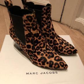 Varetype: Støvletter Farve: Leopard Oprindelig købspris: 3700 kr. Kvittering haves.  Smukkest leopard støvler sælges. Brugt max 5 gange. Nyforsålet. Ved ts handel betaler køber gebyret. Ringeller skriv på 26826097 for yderlig info.