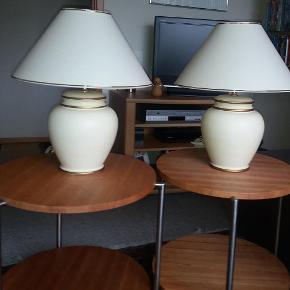To flotte bordlamper - råhvide med guld.  To skærme - ligeledes råhvide med guld.  SOM NYE. Fra ikke-ryger hjem.  Lamperne måler med skærm 50 i højden og skærmenes bredde er 40 cm.  Kan afhentes (2630).  2 stk lamper med skærme Farve: Råhvid med guld Oprindelig købspris: 2800 kr.