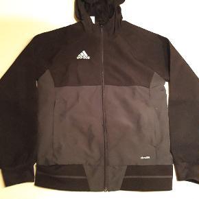 Adidas sports jakke  Str 140 cm 10 år Gmb lidt fnuller  Pris 75 kr pp