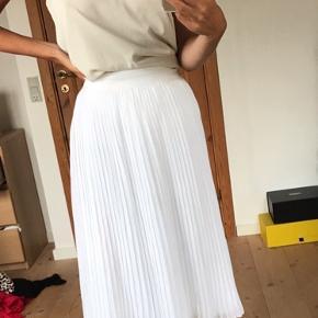 Smuk hvid nederdel fra nakd købt for 1 måned siden til 220. Nederdelen er aldrig brugt og går til under knæene
