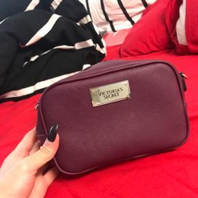 Sød lille Victoria secret ' rejse taske ' der følger en rem/snor med. Brugt til en ferie i sommers... du kan også gå med den til hverdag. Ny pris 499. Sælges for 300 kr :) ellers så kom med et realistisk bud.