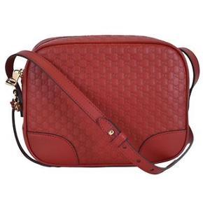 Skøn, rød Gucci logo taske i lammeskind. Jeg har lavet et impulskøb af to tasker denne sommer. Tasken er har bomulds for og lomme indvendigt. Jeg har både æske, pose og dustbag fra butikken.  Respekter venligst at jeg ikke bytter og køber betaler porto samt gebyr ved tspay.  Mål: 25 cm lang x 19cm høj x 7 cm dyb. Læder strop, kan justeres: 55 cm  Nypris 6.675,- Mindstepris 4.100,-  Jeg har taget billeder på annoncen af tasken soho på, bare for at man kan se størrelsen :)