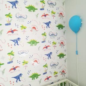 Baby/børnetapet med dinosaurer fra World Of Wallpaper, ca. 7 meter x 56 cm. urørt tapet i stærk god kvalitet + lidt rest.