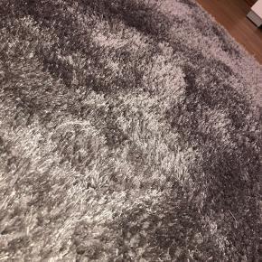 Sælger dette smukke tæppe fra Jysk. Det er i super stand, og sælges blot, da det ikke passer i vores nye hjem. Str. 140 cm x 200 cm. Byd meget gerne 😊