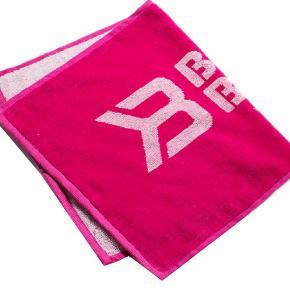 Varetype: Gym towel Størrelse: Ca 60 cm x 40 cm Farve: Pink  Gym towel, perfekt størrelse til at have med rundt i centeret til at ligge på maskiner eller tørre sveden væk fra panden med :)